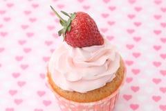 Cupcakes με το πάγωμα βανίλιας και τις χαριτωμένες κόκκινες καρδιές Στοκ εικόνες με δικαίωμα ελεύθερης χρήσης