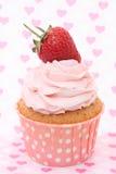 Cupcakes με το πάγωμα βανίλιας και τις χαριτωμένες κόκκινες καρδιές Στοκ φωτογραφία με δικαίωμα ελεύθερης χρήσης