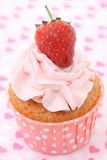 Cupcakes με το πάγωμα βανίλιας και τις χαριτωμένες κόκκινες καρδιές Στοκ φωτογραφίες με δικαίωμα ελεύθερης χρήσης