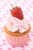 Cupcakes με το πάγωμα βανίλιας και τις χαριτωμένες κόκκινες καρδιές Στοκ Εικόνες
