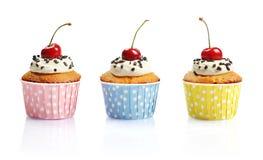 Cupcakes με το φρέσκο κεράσι Στοκ Φωτογραφίες