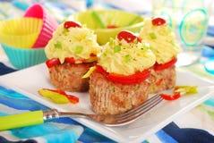 Cupcakes που γίνεται από τον κιμά και τον πουρέ πατατών για το γεύμα Στοκ εικόνα με δικαίωμα ελεύθερης χρήσης