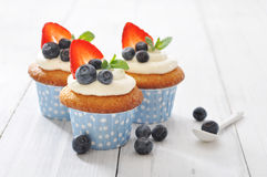 Cupcakes που διακοσμούνται με και φρέσκα μούρα Στοκ φωτογραφία με δικαίωμα ελεύθερης χρήσης