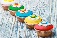 Cupcakes που καλύπτεται με τη μαστίχα Στοκ εικόνα με δικαίωμα ελεύθερης χρήσης