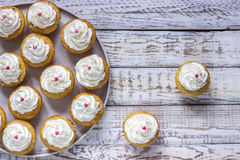 Cupcakes σε ένα ξύλινο άσπρο υπόβαθρο Στοκ φωτογραφία με δικαίωμα ελεύθερης χρήσης