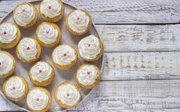 Cupcakes σε ένα ξύλινο άσπρο υπόβαθρο Στοκ φωτογραφίες με δικαίωμα ελεύθερης χρήσης