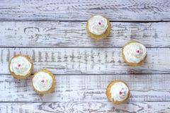 Cupcakes σε ένα ξύλινο άσπρο υπόβαθρο Στοκ Φωτογραφίες