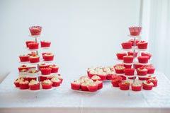 Cupcakes στα πιάτα στον πίνακα Στοκ Εικόνες