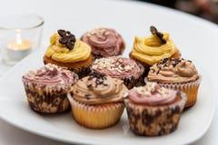 Cupcakes στο άσπρο πιάτο πορσελάνης στοκ εικόνα με δικαίωμα ελεύθερης χρήσης