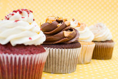 Cupcakes στο εκλεκτής ποιότητας υπόβαθρο Στοκ φωτογραφία με δικαίωμα ελεύθερης χρήσης