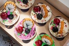 Cupcakes στο κιβώτιο στοκ εικόνες
