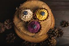 Cupcakes στο ξύλο στοκ φωτογραφία