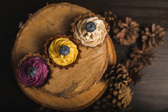 Cupcakes στο ξύλο Στοκ φωτογραφία με δικαίωμα ελεύθερης χρήσης