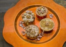 Cupcakes στο πορτοκαλί πιάτο με τα κρύσταλλα Στοκ εικόνες με δικαίωμα ελεύθερης χρήσης