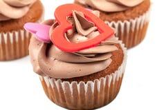 Cupcakes την κρέμα που διακοσμείται με με την καρδιά Στοκ Εικόνες