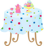 Cupcakes στο κύπελλο, την καφετιέρα και τα φλυτζάνια στο τ Στοκ εικόνα με δικαίωμα ελεύθερης χρήσης