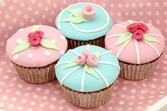 Cupcakes. Valentine cupcakes with flower fondant surrounded by pink background Stock Photos