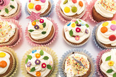 Cupcakes εύγευστο και ζωηρόχρωμος που διακοσμείται Στοκ φωτογραφία με δικαίωμα ελεύθερης χρήσης