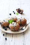Cupcakes με τα βατόμουρα Στοκ Εικόνες
