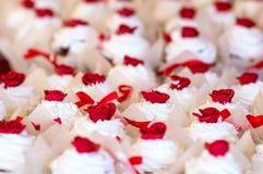 cupcakes Bianco con i fiori rossi Immagini Stock Libere da Diritti