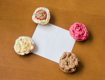 Cupcakes with a blank paper to write your own message Royalty Free Stock Photos