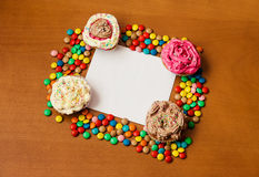 Cupcakes with a blank paper to write your own message Royalty Free Stock Images