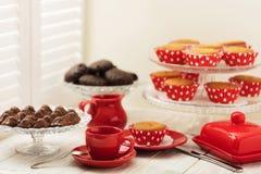 Cupcakes, chocolade en koffie dichtbij het venster met blinden Royalty-vrije Stock Fotografie