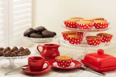 Cupcakes, chocolade en koffie dichtbij het venster met blinden Royalty-vrije Stock Afbeeldingen