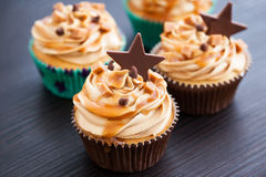 Cupcakes with cream cheese, caramel and chocolate Royalty Free Stock Photos
