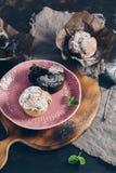 Cupcakes die met gepoederde suiker wordt bestrooid stock foto's