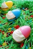 Cupcakes in een Paaseirij royalty-vrije stock afbeeldingen