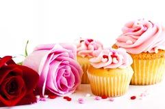 Cupcakes en bloemen Royalty-vrije Stock Foto's