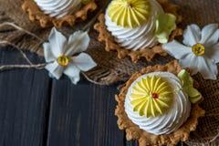 Cupcakes en gele narcissen stock fotografie
