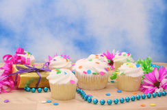 Cupcakes en Gift met Bloem Stock Afbeelding