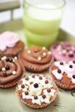 Cupcakes en melk op een dienblad Royalty-vrije Stock Foto's