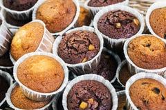 Cupcakes en muffins op de teller Royalty-vrije Stock Fotografie
