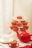 Cupcakes en thee dichtbij het venster met blinden Royalty-vrije Stock Foto