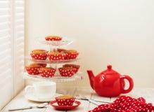 Cupcakes en thee dichtbij het venster met blinden Stock Foto's