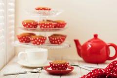 Cupcakes en thee dichtbij het venster met blinden Royalty-vrije Stock Afbeeldingen