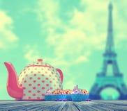 Cupcakes en theepot royalty-vrije stock afbeelding