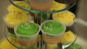 cupcakes Erstaunliche Schokoladenkuchen und kleine Kuchen Schokoladenkaramelkleiner kuchen mit Nüssen und Buttertoffeesirup Grün  Stockbild