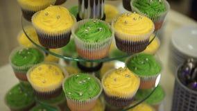 cupcakes Erstaunliche Schokoladenkuchen und kleine Kuchen Schokoladenkaramelkleiner kuchen mit Nüssen und Buttertoffeesirup Grün  Stockbilder