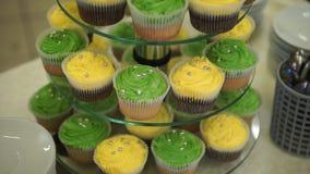cupcakes Erstaunliche Schokoladenkuchen und kleine Kuchen Schokoladenkaramelkleiner kuchen mit Nüssen und Buttertoffeesirup Grün  Lizenzfreies Stockfoto