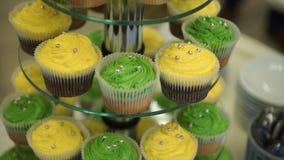 cupcakes Erstaunliche Schokoladenkuchen und kleine Kuchen Schokoladenkaramelkleiner kuchen mit Nüssen und Buttertoffeesirup Grün  Lizenzfreie Stockfotografie