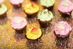 cupcakes gelbe, grüne und rosa Kuchen Lizenzfreies Stockfoto