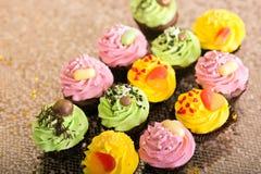 cupcakes gelbe, grüne und rosa Kuchen Lizenzfreies Stockbild