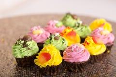 cupcakes gelbe, grüne und rosa Kuchen Stockbilder