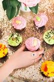 cupcakes gelbe, grüne und rosa Kuchen Stockfotos