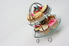 Cupcakes - glasdienblad Stock Fotografie