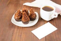 Cupcakes, koffie en kaart Stock Afbeeldingen